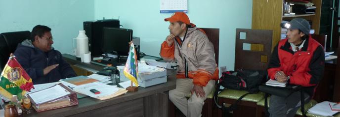 Manuel Andrade en interview avec Froilán Condori, alcalde (maire) d'Uyuni et ancien leader de FRUTCAS, la seule organisation régionale d'ouvriers paysans dans Altiplano du sud.
